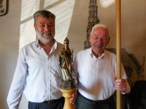 Hans Englbrecht und Jakob Hadersdorfer (v.l.) bei der Präsentation der restaurierten Patronatsstange des Hl. Urban auf der Versammlung  der Weinzierlbruderschaft am 25. Mai 2015 im Gasthof Ochsenwirt